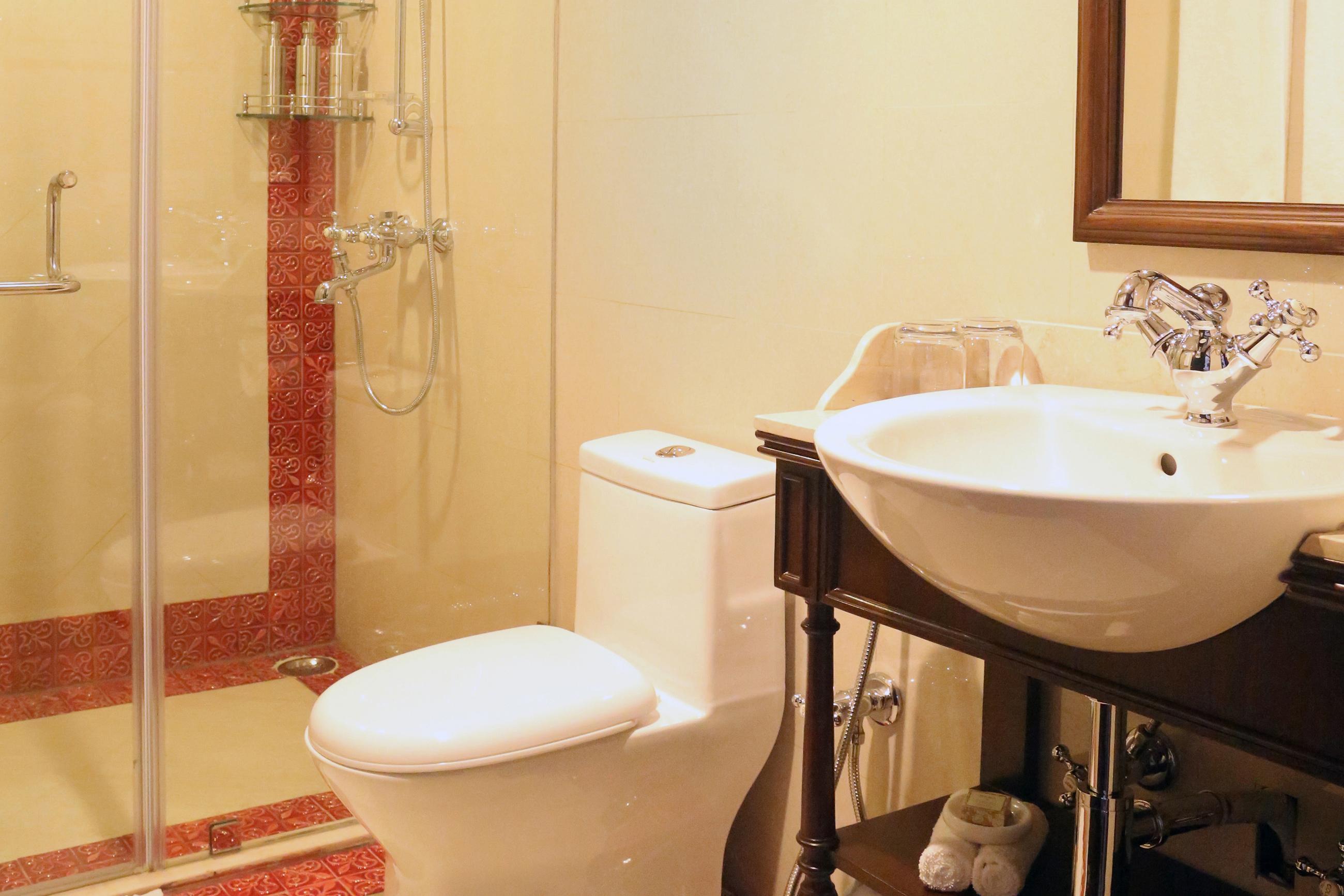 GANGES_suite_bathroom.jpg